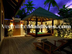 Stylish & fancy Maldives luxury resort Raalhuveli Hotel bath rooms with jet pool
