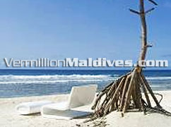 Beach of Maldives Hotel HolidayInn Resort Kandooma Maldives: Relax under the sunny Maldives