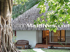 Maldives Kuramathi hotels Beach Bungalows, walk away to the waters